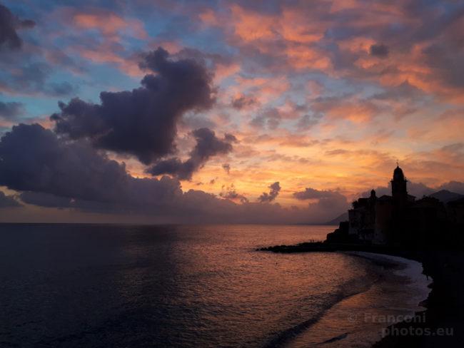 Settembre, Camogli ed un tramonto rosso.