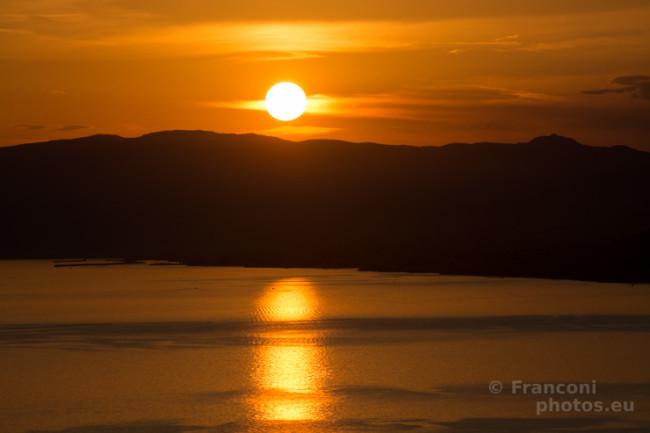 Un tramonto rosso da cartolina.